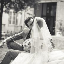 Couple à la sortie de la cathédrale s'embrassant